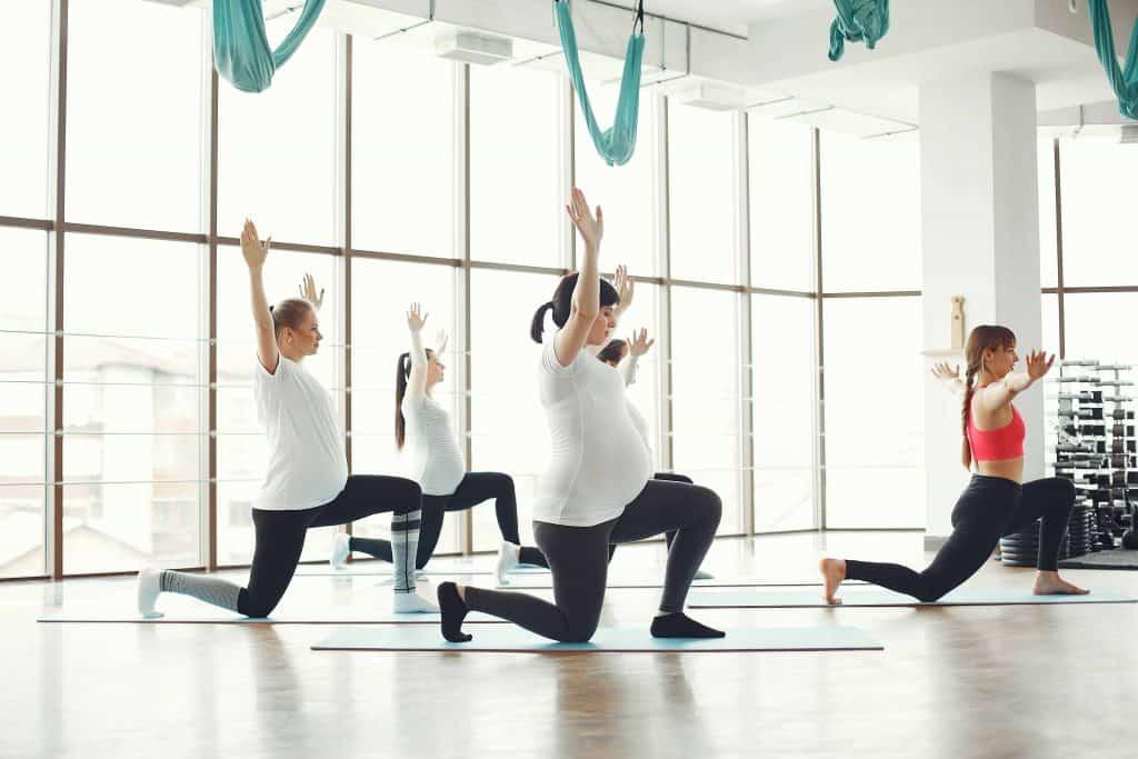 posture de yoga idéale pour le 1er trimestre de grossesse